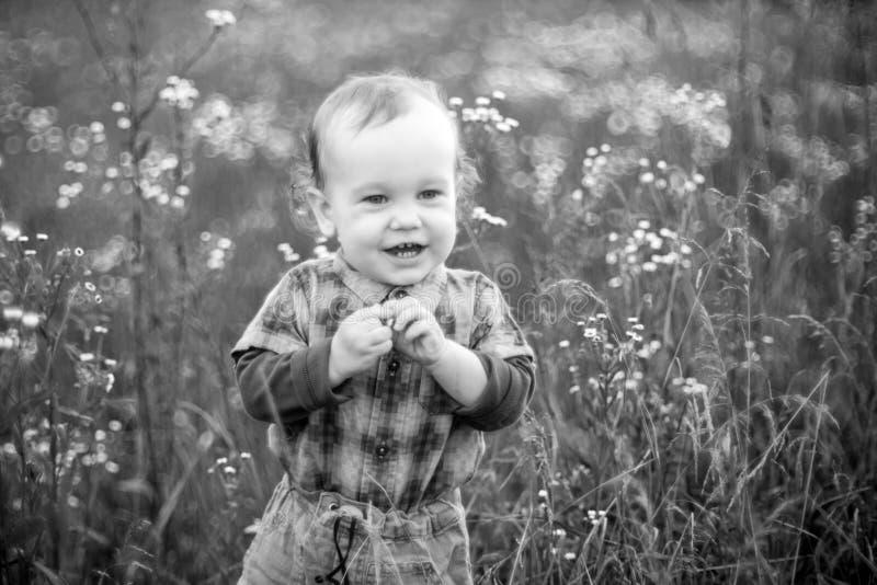 Śliczny szczęśliwy dzieciak w naturze obrazy stock