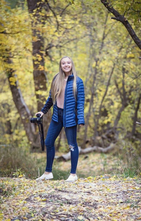 Śliczny uśmiechnięty nastoletni dziewczyna fotograf zdjęcia stock