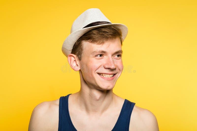 Śliczny uśmiechnięty przystojny młodego człowieka podkoszulka bez rękawów fedora fotografia royalty free