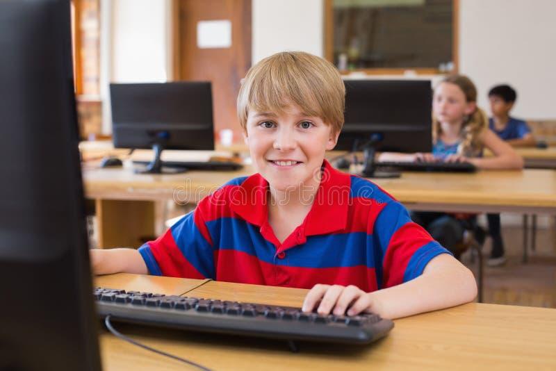 Śliczny uczeń w komputer klasie zdjęcie royalty free