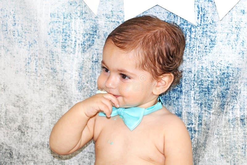 Śliczny uroczy dziecko z palcem w jego usta zdjęcie stock