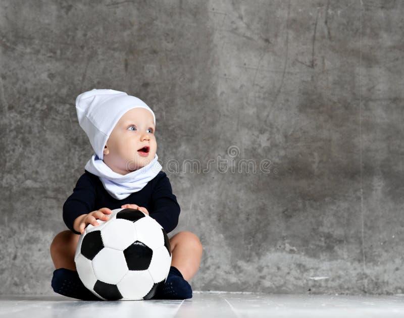 Śliczny wizerunek trzyma piłki nożnej piłkę dziecko zdjęcie stock