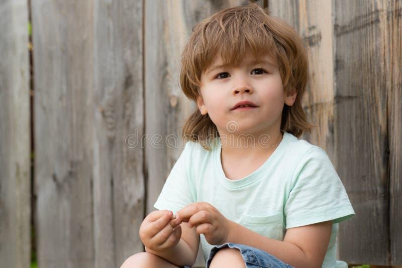 Śliczny wygląd dziecka z zainteresowaniem Piękny portret dziecka Przystojny chłopak w wieku 5 lat zdjęcia stock