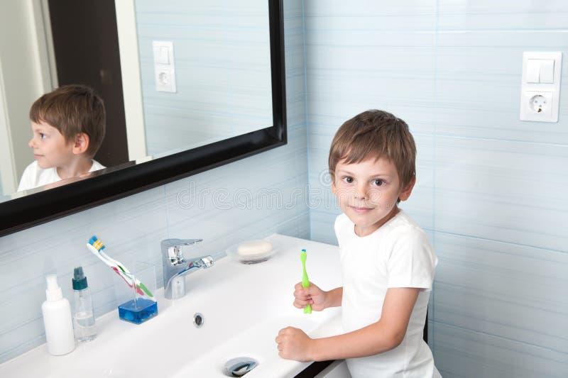 Śliczny zdrowy małego dziecka mienia toothbrush w łazience obraz royalty free