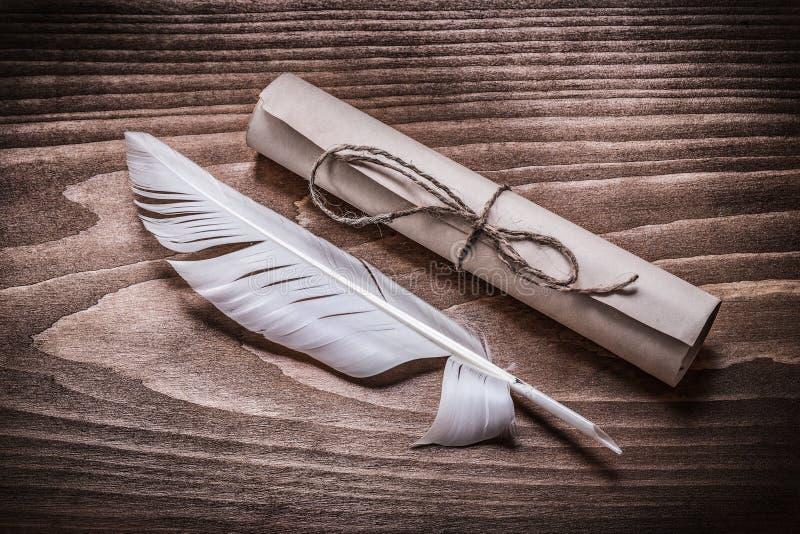 Ślimacznica rocznika papieru piórko na drewno desce zdjęcie royalty free