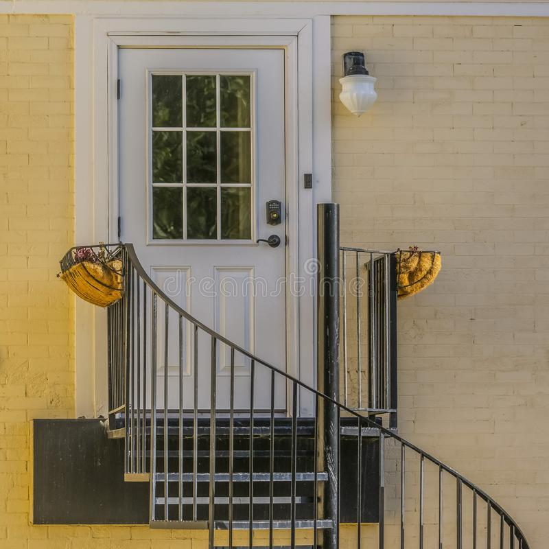 Ślimakowaci schodki prowadzi dzwi wejściowy dom obraz royalty free