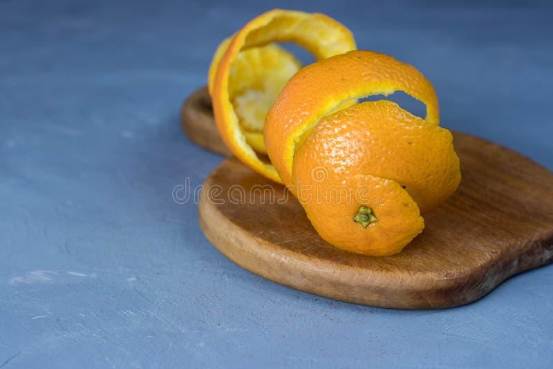 Ślimakowata pomarańczowa skórka na tnącej desce obrazy royalty free