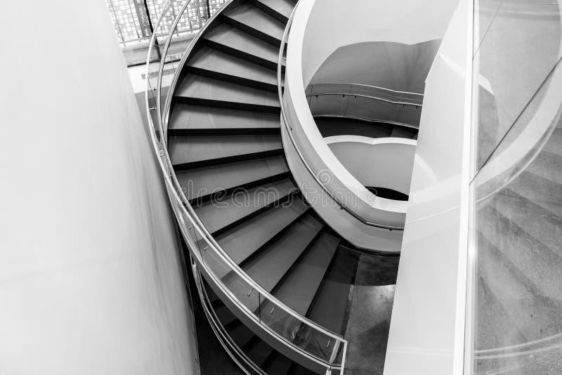 Ślimakowatego schody puszek w nowożytnym budynku biurowym zdjęcia stock
