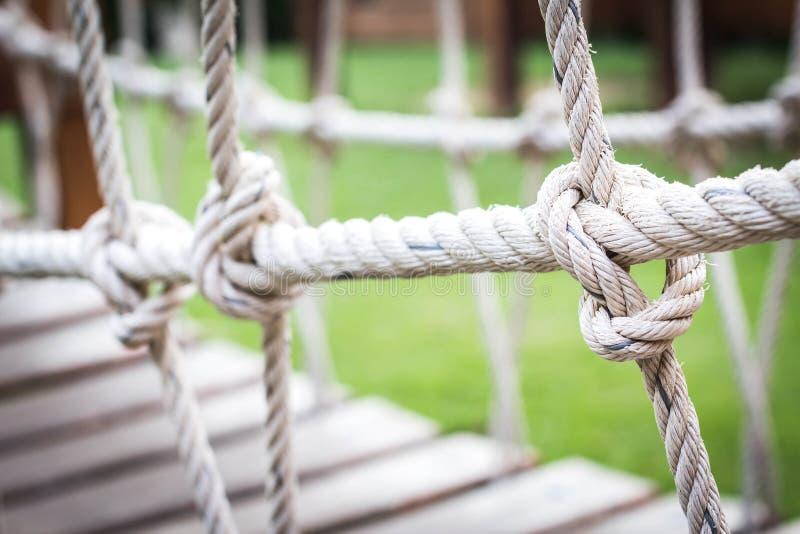 Ślimakowaty linowy most dla dzieci bawić się obrazy royalty free
