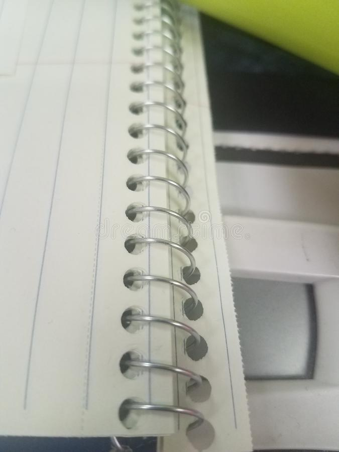 Ślimakowaty notatnik na Biurowym biurku fotografia royalty free