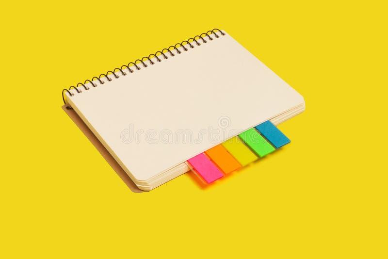 Ślimakowaty notatnik z kleistymi notatkami obrazy stock