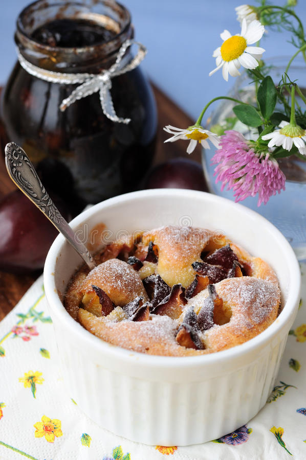 śliwkowy clafoutis pudding obrazy royalty free