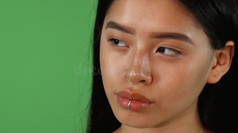 Ślizgający się strzał wspaniała młoda Azjatycka kobieta patrzeje daleko od obrazy stock