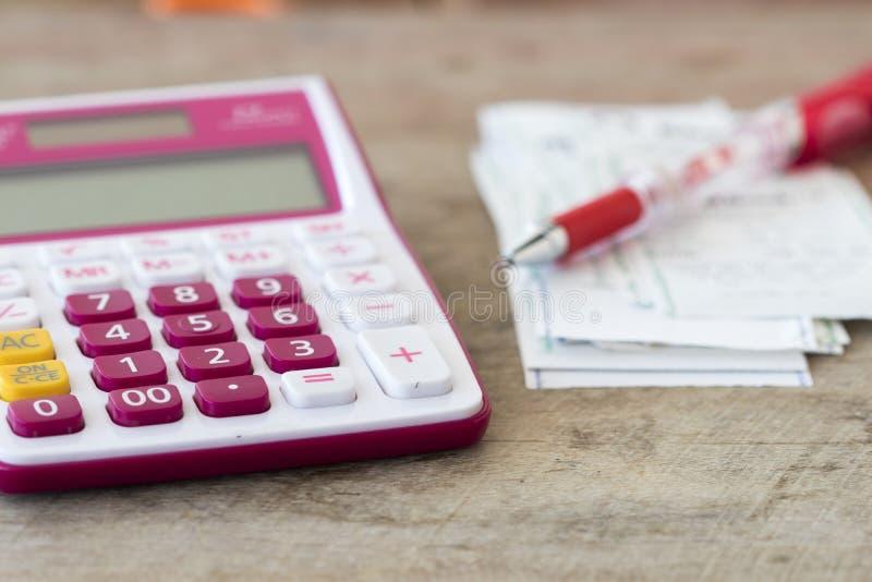 Ślizganie płatniczy koszt kredytowa karta i czeka kontrolny miesięcznik zdjęcia stock