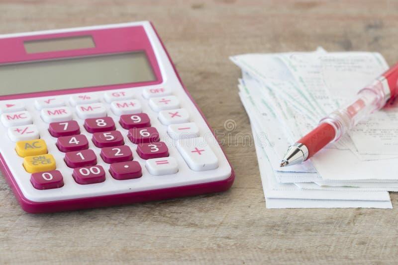 Ślizganie płatniczy koszt kredytowa karta i czeka kontrolny miesięcznik fotografia stock