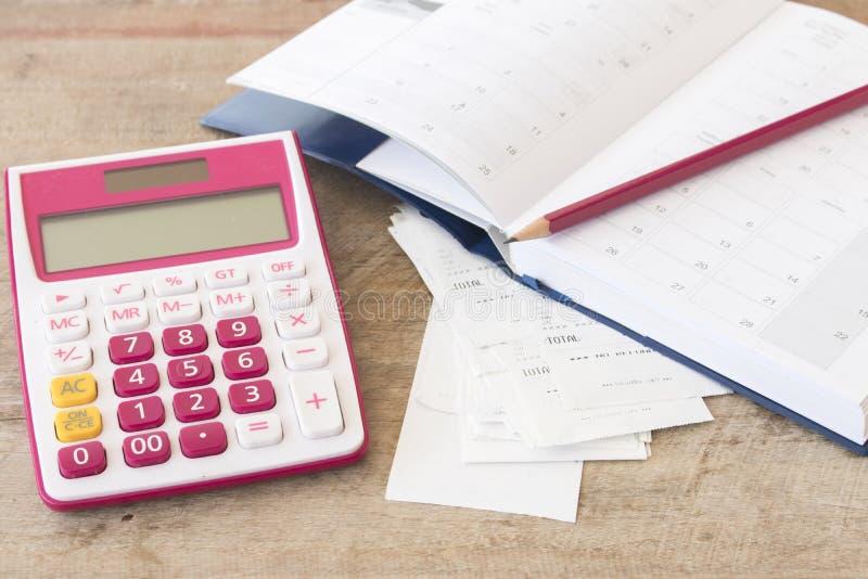 Ślizganie płatniczy koszt kredytowa karta i czeka kontrolny miesięcznik obraz stock