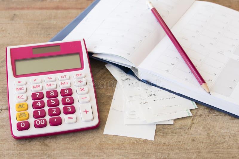 Ślizganie płatniczy koszt kredytowa karta i czeka kontrolny miesięcznik fotografia royalty free