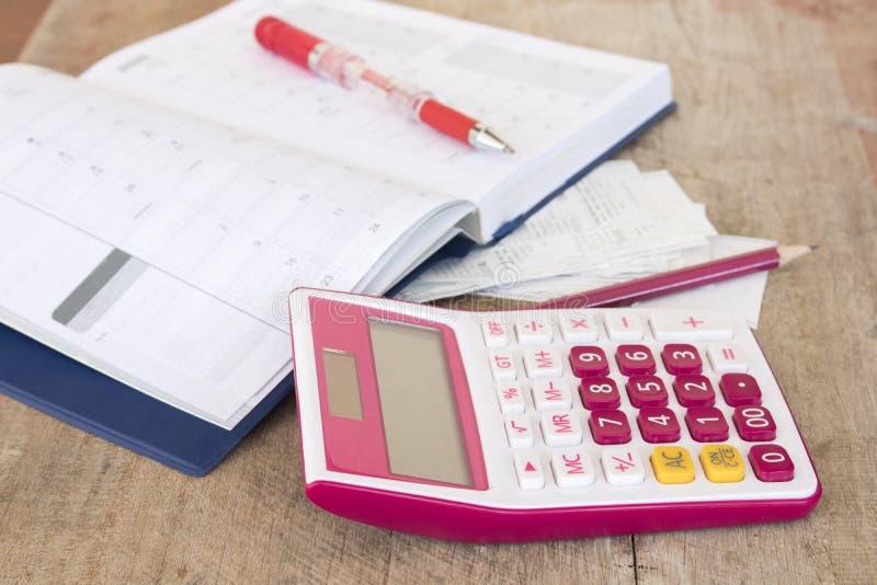 Ślizganie płatniczy koszt kredytowa karta i czeka kontrolny miesięcznik obrazy stock