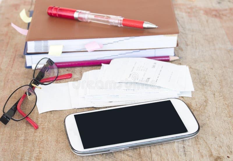 Ślizganie płatniczy koszt kredytowa karta i czeka kontrolny miesięcznik zdjęcie royalty free