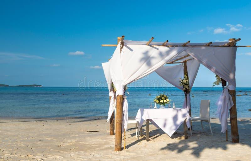 Ślubna ceremonia łomota miejsce na tropikalnej plaży Koh Samui obraz stock