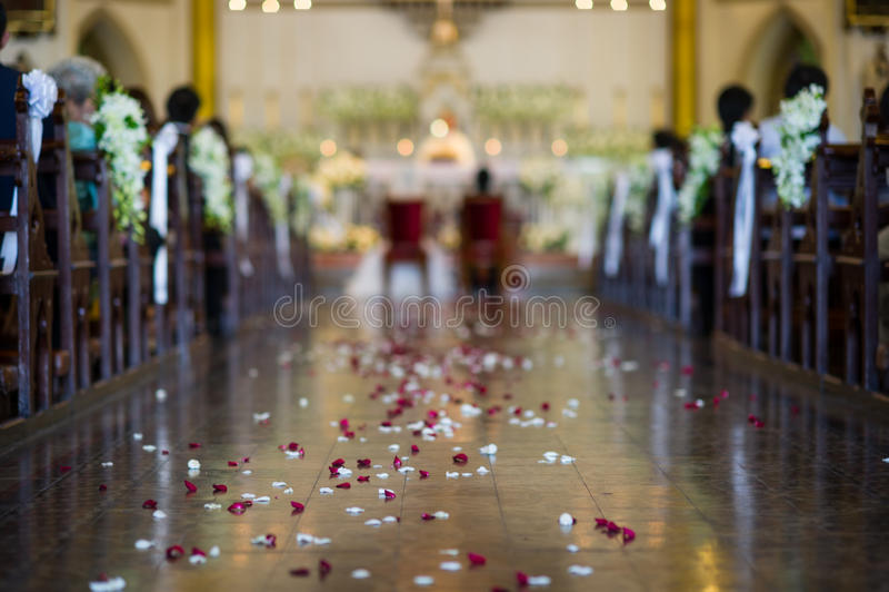 Ślubna ceremonia w kościół - z ostrości zdjęcie stock