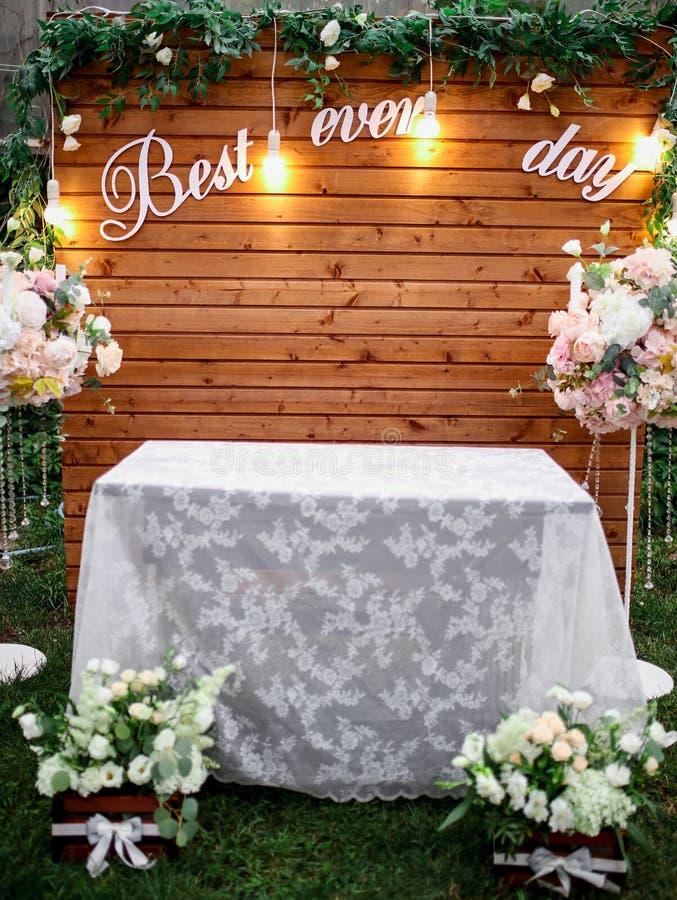 Ślubna ceremonia w pięknym ogródzie z stołem zakrywającym z białym tablecloth obrazy royalty free