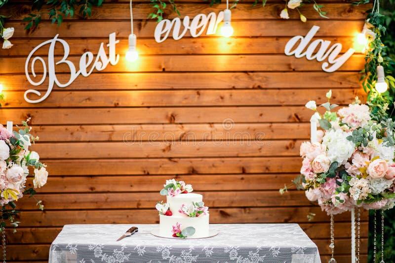 Ślubna ceremonia w pięknym ogródzie z stołem zakrywającym z białym tablecloth fotografia royalty free