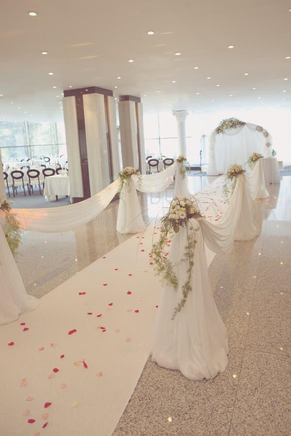 Ślubna droga z różanym płatkiem fotografia royalty free