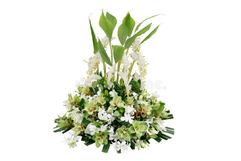 Ślubna kwiecista dekoracja z tropikalnymi zielonymi liść roślinami, egzotem i kwitnie dancingowego dama imbira, białe orchidee i  obraz royalty free