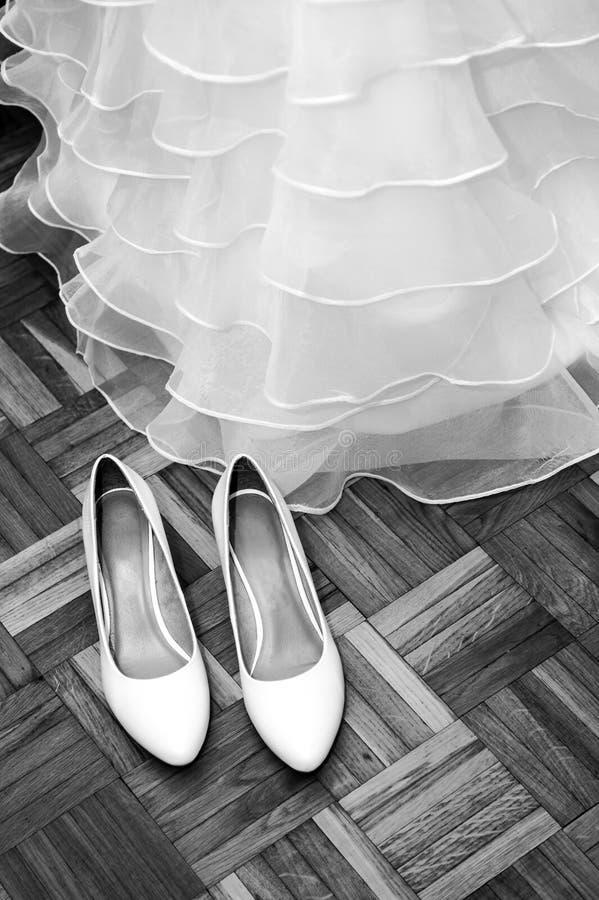 Ślubna panny młodej suknia, buty czarny i biały i, zdjęcie stock