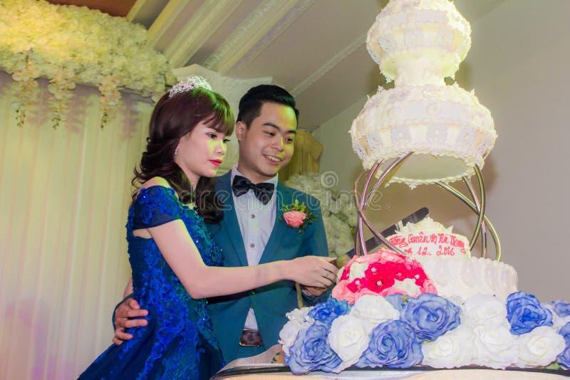 Ślubna para ciie ślubnego tort