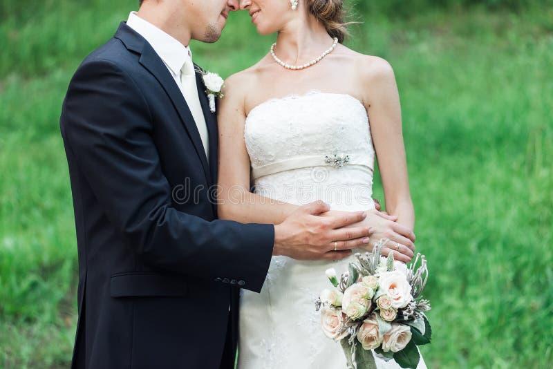 Ślubna para cuddling, nos nos fotografia stock