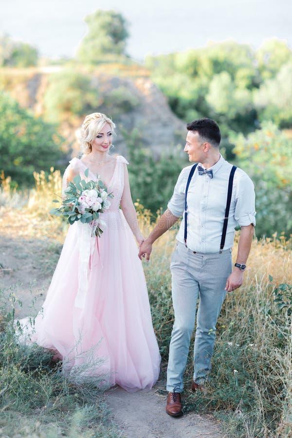 Ślubna para na naturze w letnim dniu obrazy stock