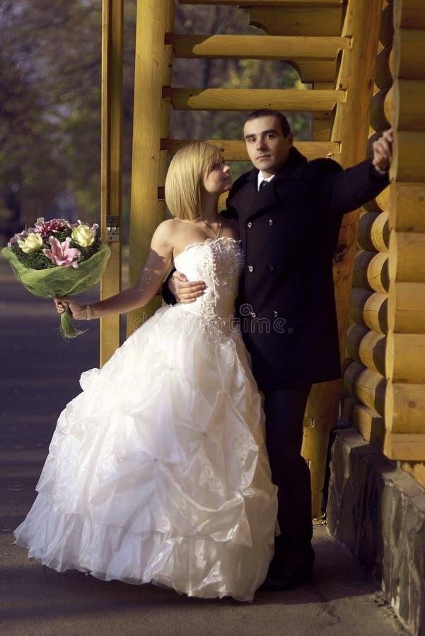 Ślubna para przy jesień parkiem Piękna para małżeńska w dniu ślubu zdjęcia royalty free