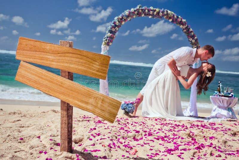 Ślubna para przy plażą obraz royalty free