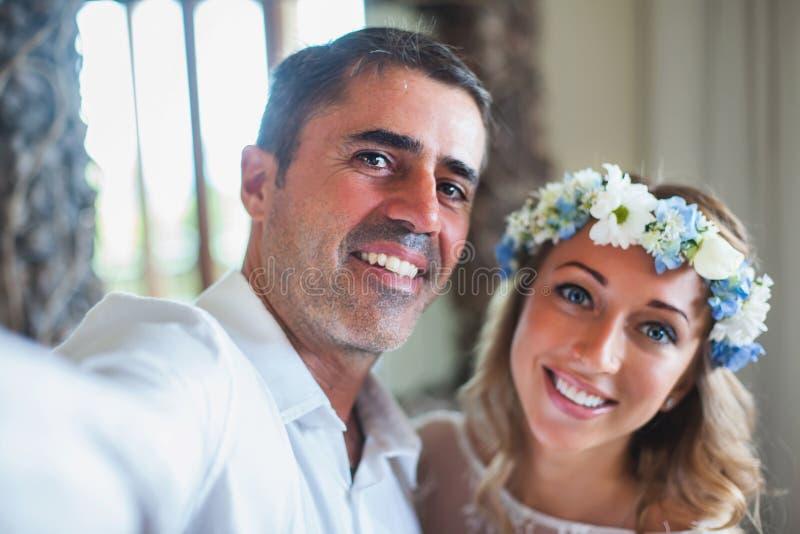 Ślubna para robi selfie obrazy royalty free
