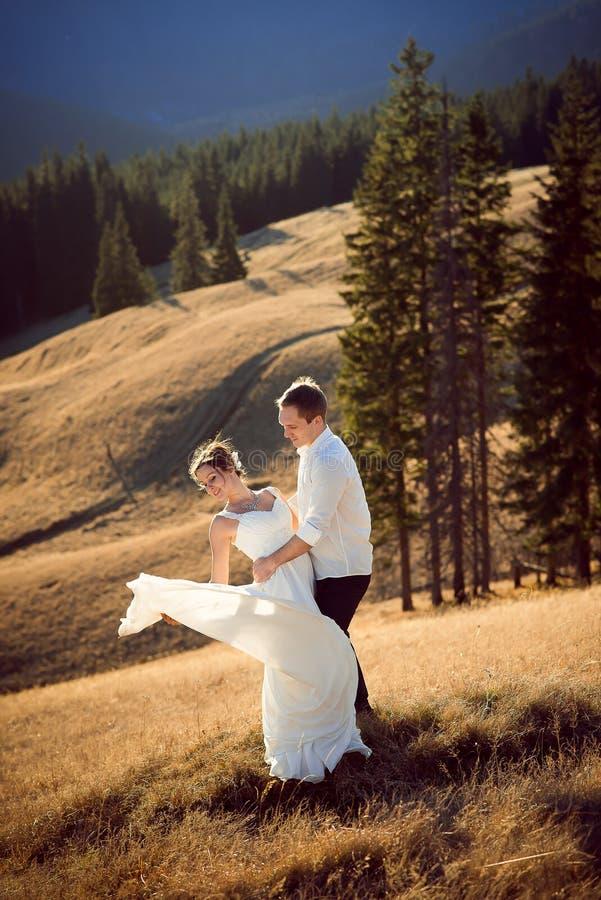 Ślubna para tanczy na halnym wierzchołku honeymoon obrazy stock