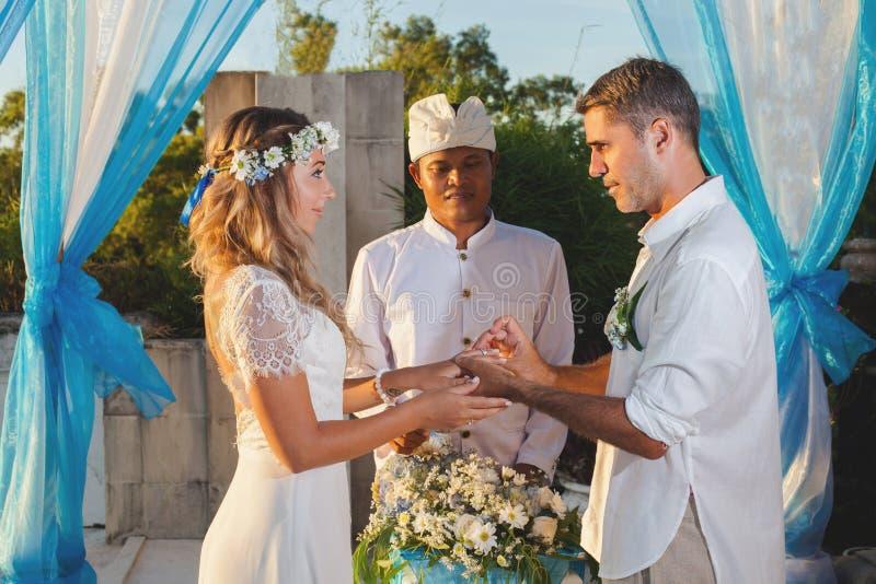 Ślubna para Właśnie Poślubiająca obrazy royalty free
