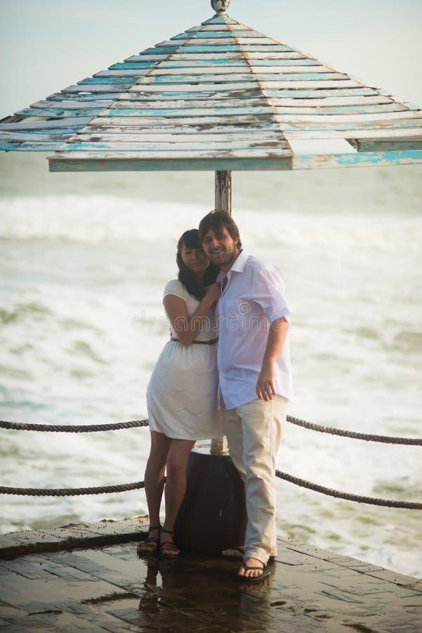 Ślubna pary pozycja na tle morze obrazy stock