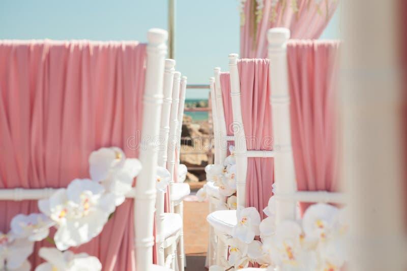Ślubna plenerowa dekoracja krzesła z kwiatami zdjęcia stock