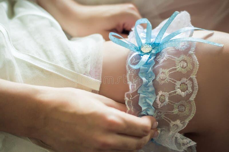 Ślubna podwiązka na panny młodej ` s nodze obrazy royalty free