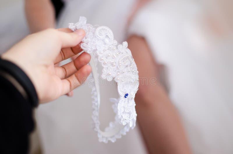 Ślubna podwiązka z błękitnym rhinestone zdjęcia stock