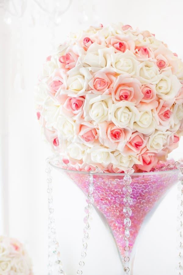Ślubna stołowa dekoracja i kwiecisty centerpiece zdjęcie stock