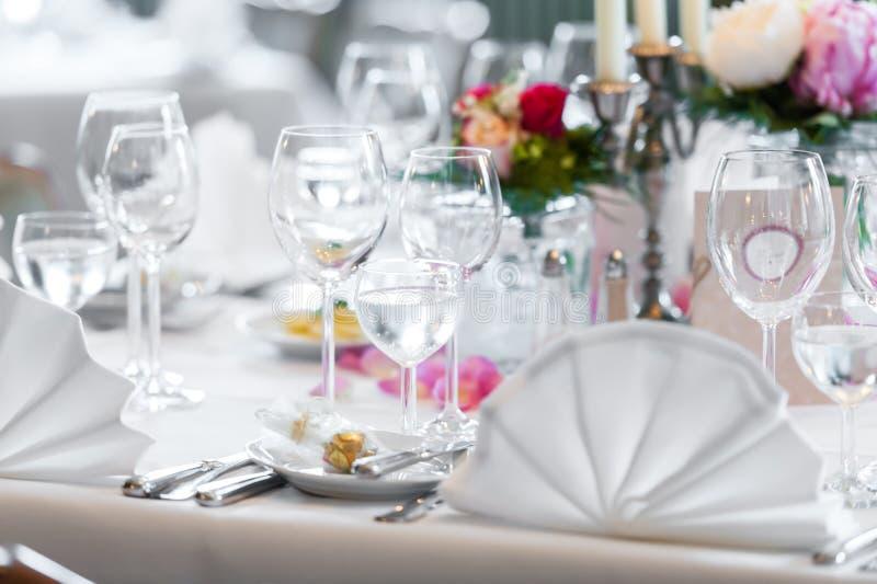 Ślubna stołowa dekoracja w restauraci zdjęcia stock