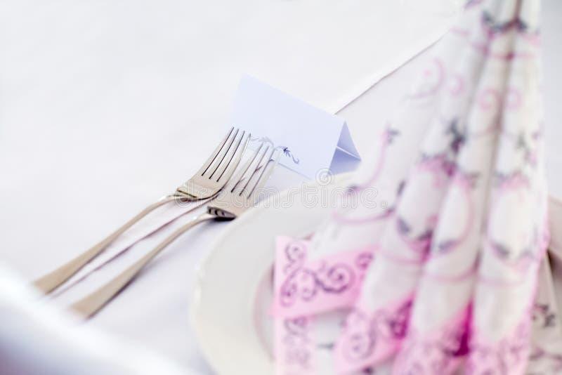 Ślubna stołowa dekoracja z dwa rozwidleniami zdjęcie royalty free