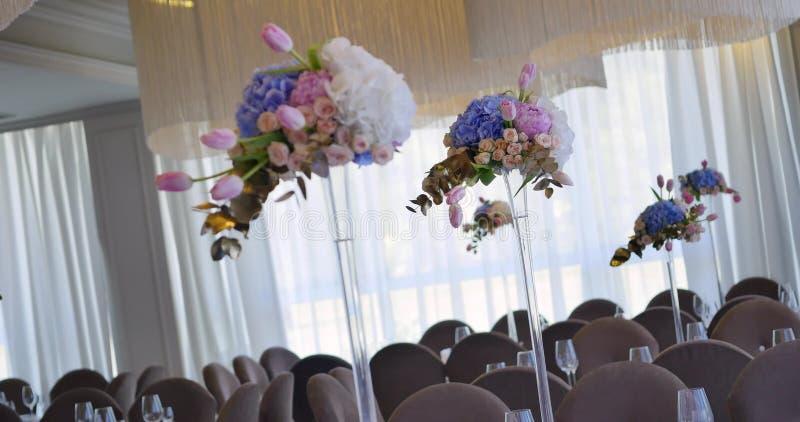 Ślubna stołowa dekoracja z kwiatami, kwiat dekoraci ślubu stół, ślubna kwiaciarnia fotografia stock