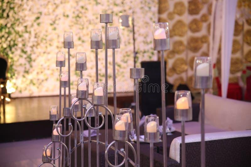 ślubna stołowa dekoracji świeczka, kwiaty i zdjęcie stock