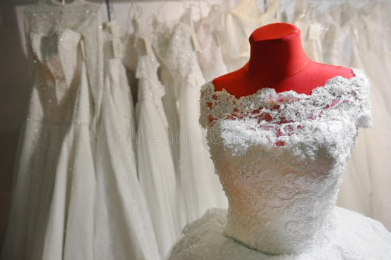 Ślubna suknia na czerwonym mannequin obraz stock