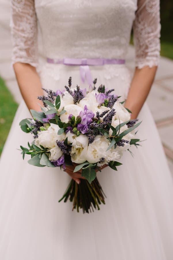 Ślubna suknia, obrączki ślubne, ślubny bukiet zdjęcie stock