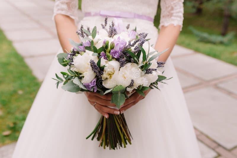 Ślubna suknia, obrączki ślubne, ślubny bukiet zdjęcia royalty free